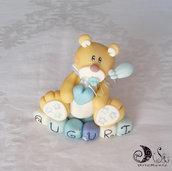 Cake topper orsetto bebè con palloncino su cubi in scala di blu AUGURI