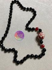 collana nera  e pietra rossa