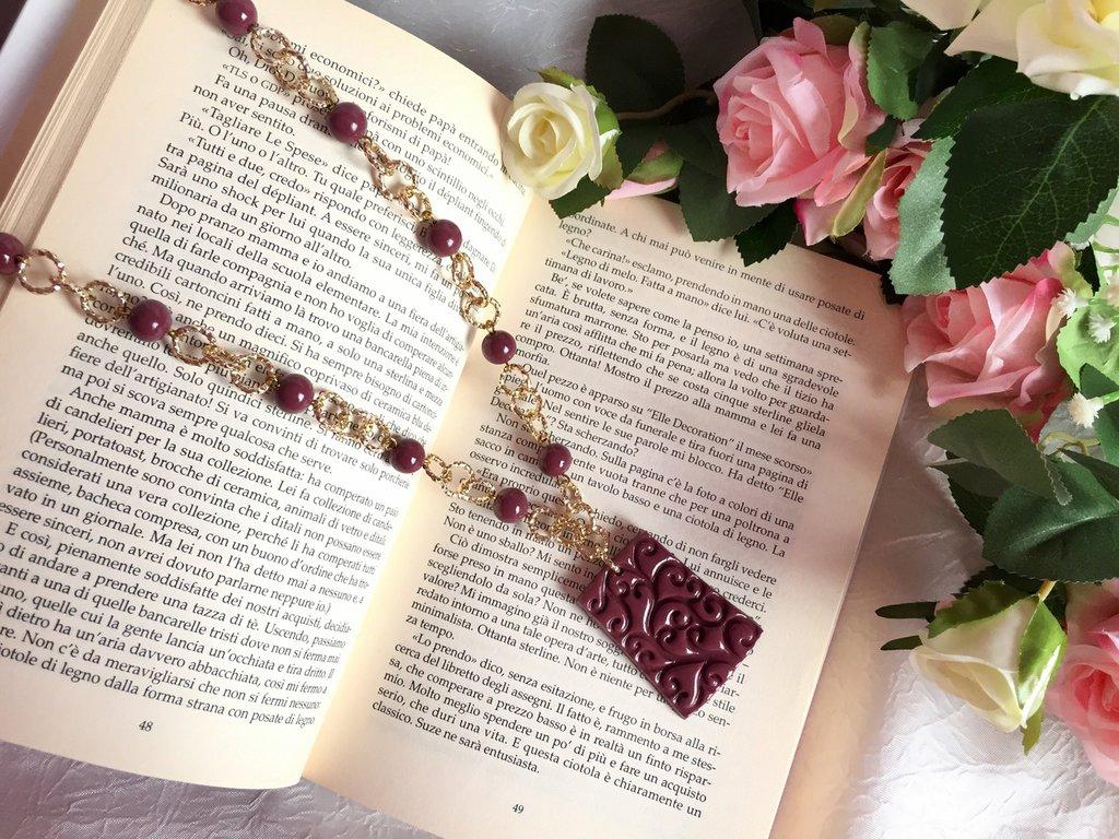 Collana lunga con catena dorata, perle e pendente in pasta di mais color vinaccia
