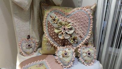 cuscini - cuori - perline - pizzo - fatto a mano - nappine a forma di cuore,