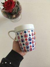Tazza di ceramica bianca con mandala dipinto a mano