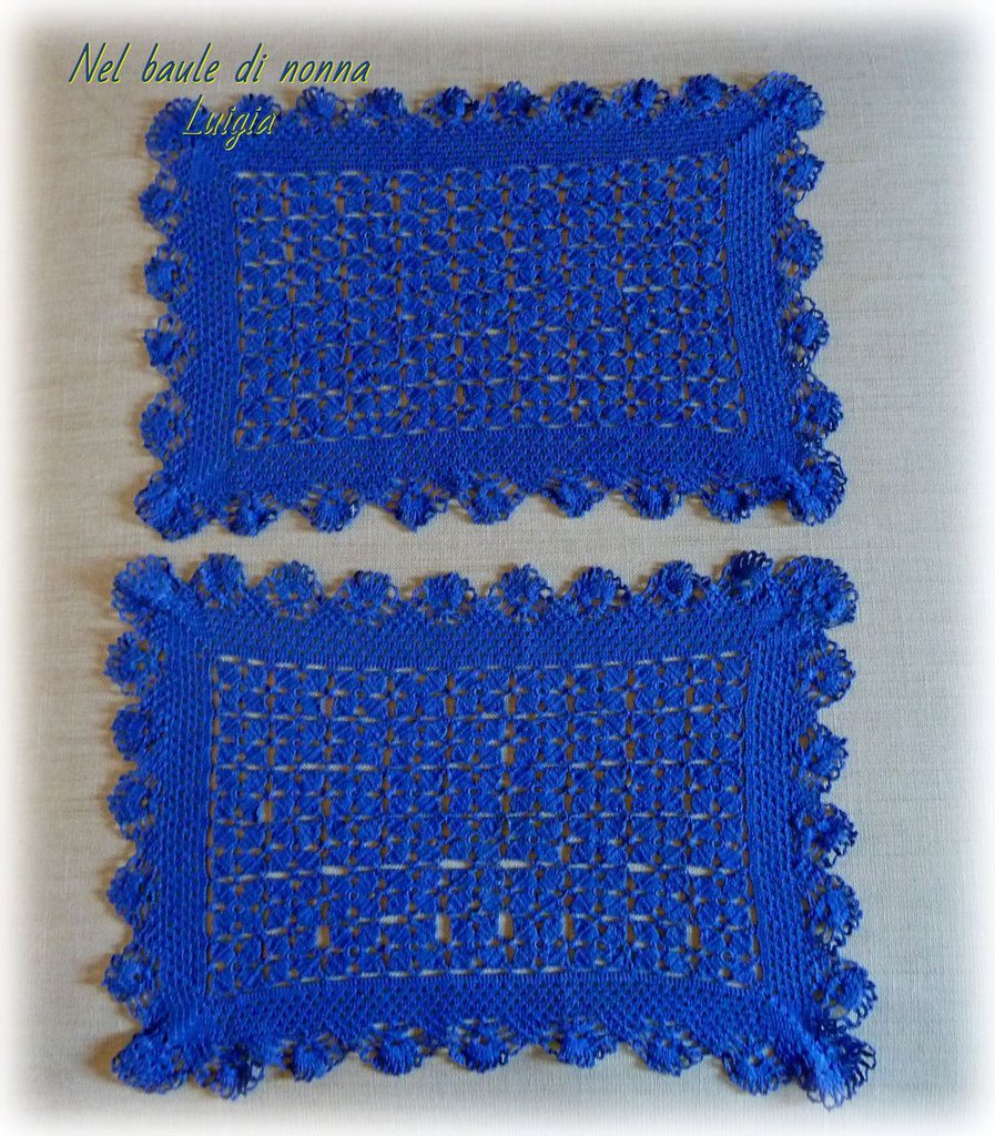Coppia di centrini vintage all'uncinetto rettangolari blu