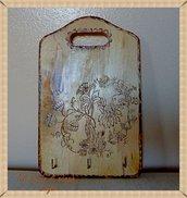 Tagliere legno appenditutto decorato a pirografo