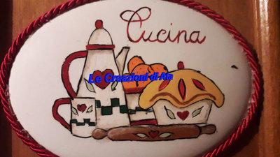 Targhetta in ceramica fuori-stanza decorata a mano