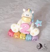 Cake topper unicorno su cubi arcobaleno decorazione torta compleanno bimba 5 cubi 5 lettere