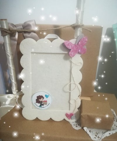Cornice elegante in feltro bianca con decorazioni glitter. Cuori e farfalla. Rosa. PERSONALIZZABILE