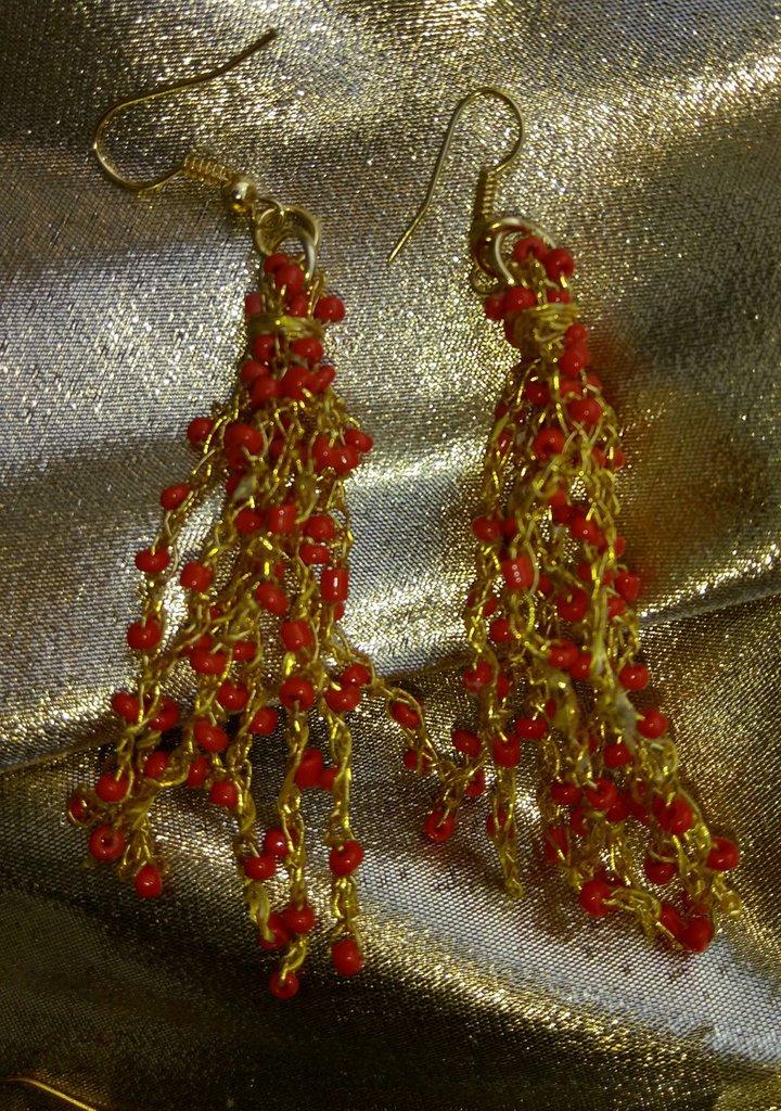 Orecchini all'uncinetto in filo dorato e perline rosse