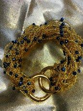 Braccialetto dorato all'uncinetto con perline blu notte