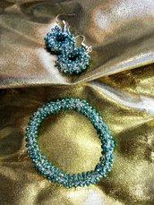 Parure orecchini e braccialetto all'uncinetto con filo argento e perle azzurre