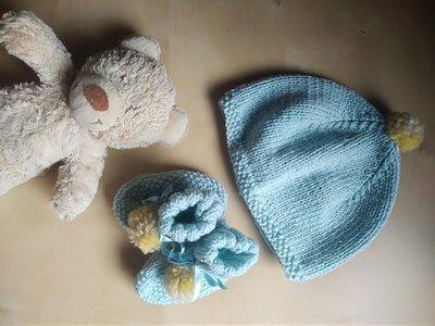 Cappellino e scarpine neonato ai ferri in lana merinos con ponpon  -  completo bebè azzurro  regalo nascita battesimo