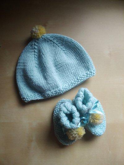 Preferenza Cappellino e scarpine neonato ai ferri in lana merinos con ponpon YY77
