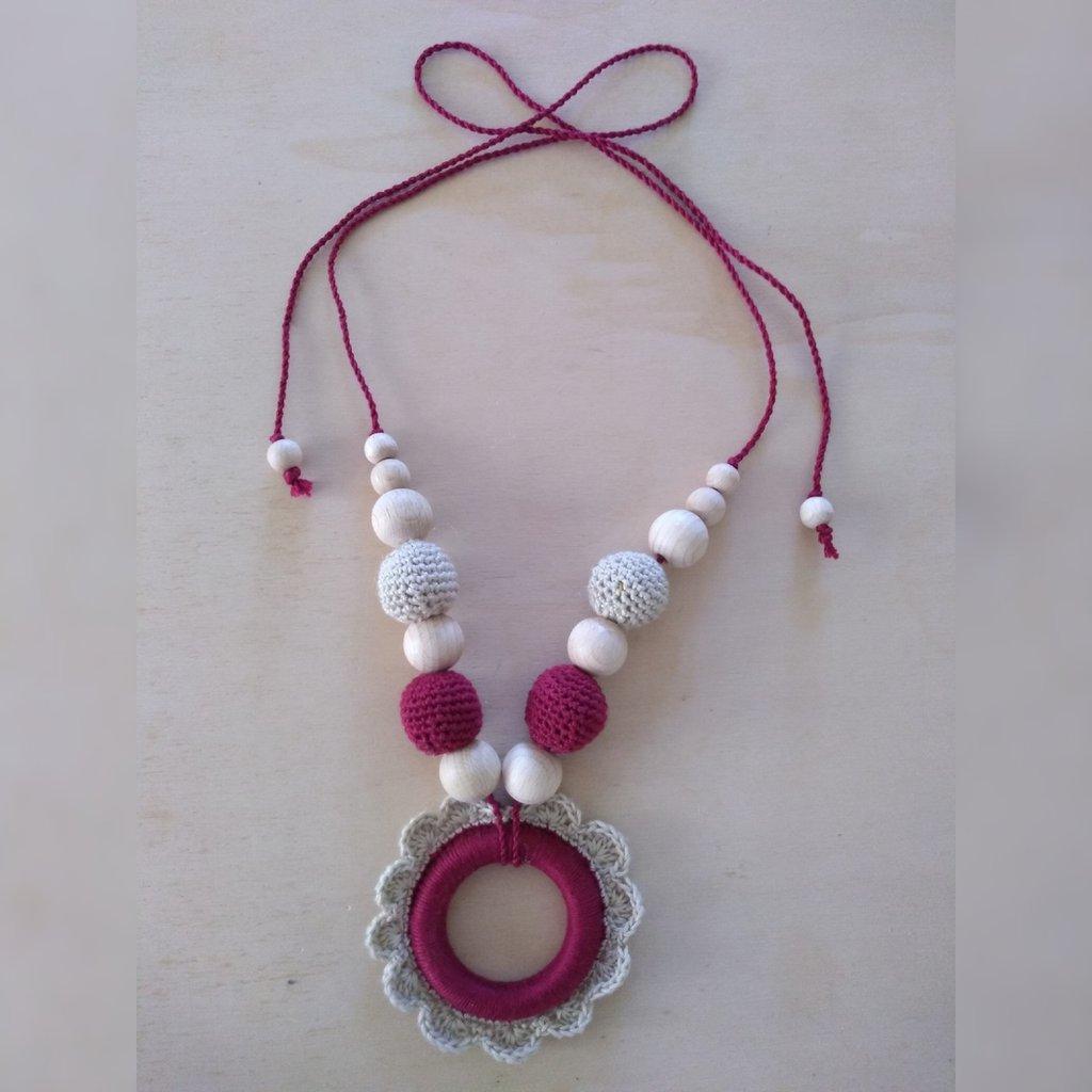 Collana con perle e pendente floreale all'uncinetto