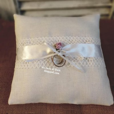Cuscino per fedi quadrato in lino bianco,pizzo macramè e nastro di raso