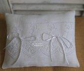 Cuscino per fedi in lino bianco e pizzo Chantilly
