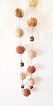 Collana lunga con palline di feltro in lana merino