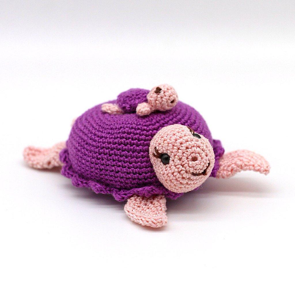 Tartaruga viola amigurumi con piccino sulla schiena fatti a mano all'uncinetto