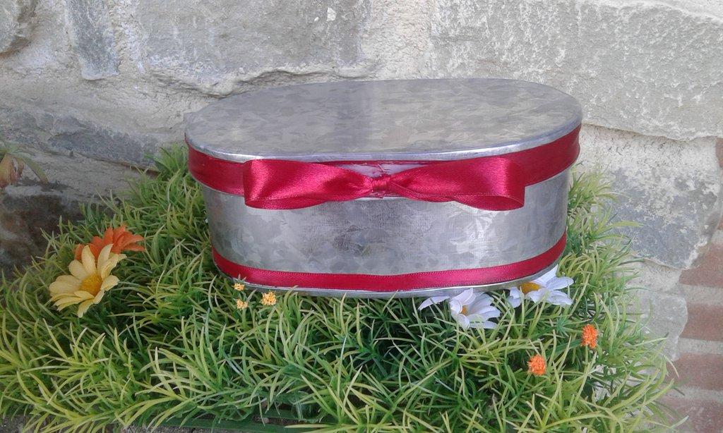 Scatola ovale in metallo