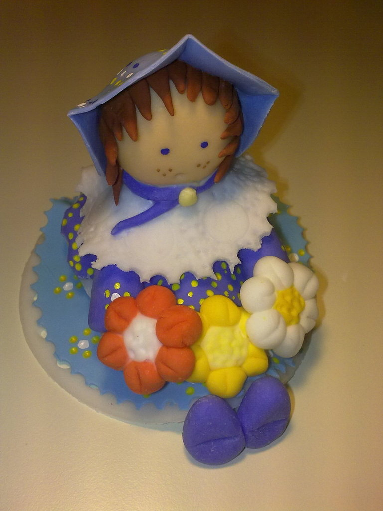 Bambolina con fiori colorati