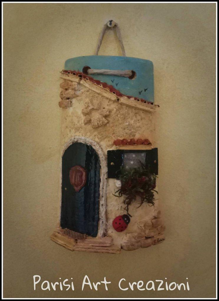 Tegola portafortuna decorata in rilievo
