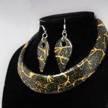 girocollo e orecchini abbinati, in fimo, colori nero e oro