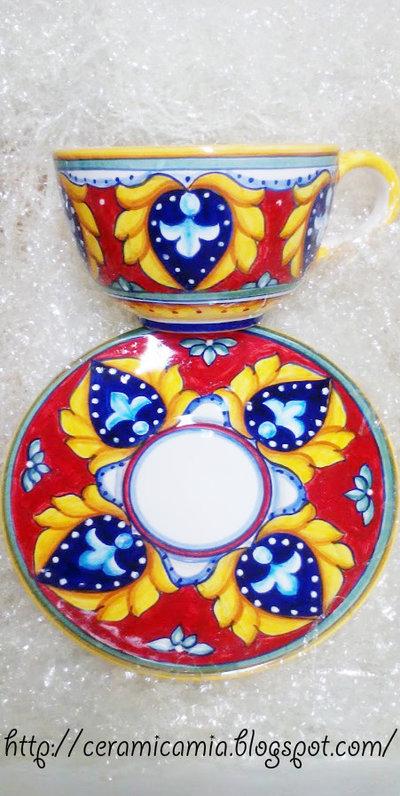 Tazza e piattino di ceramica dipinti a mano