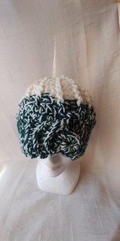 Cappello di lana bicolore panna e verde realizzato a uncinetto a punto a rilievo che forma degli spicchi e con anello sulla fascia frontale