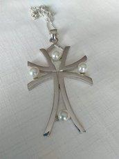 Collana con ciondolo croce in metallo rodiato e perle
