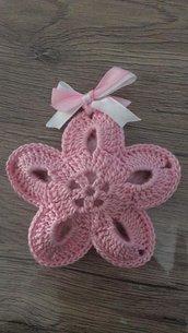 Fiore all'uncinetto per confetti