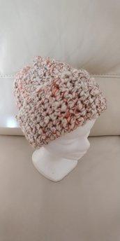 Cappello di lana di ottima qualità di tipo bouclè dai colori sfumati sul panna, arancio, nocciola, marrone, realizzato a uncinetto.