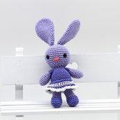 Coniglietta lilla amigurumi con vestitino fatta a mano all'uncinetto