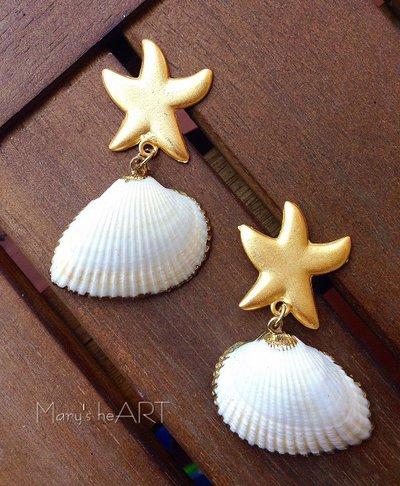 Orecchini pendenti con vere conchiglie e perni a stella in zama