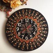 Orologio da parete di legno con mandala dipinto a mano. Orologio di legno
