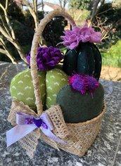 Cestino di vimini con composizione di cactus con fiori lilla e viola