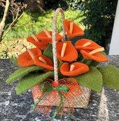 Cestino di vimini con composizione di fiori arancioni