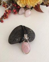 Collana con ciondolo wire con pietra dura di quarzo rosa e filo di rame argentato