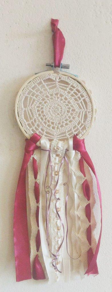 Acchiappasogni con centro beige fatto a mano diametro 12 cm  rifinito nelle tonalità amaranto ed ecru