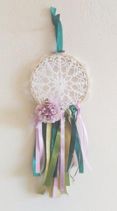Acchiappasogni con centro ad uncinetto nastri in seta nei colori verde e glicine e grande fiore in stoffa