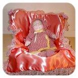 Bambola di stoffa neonata addormentata con scultura morbida e fatta a mano.