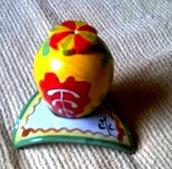 Porta uovo triangolari di maiolica manufatti con foro centrale per piccole uova già pubblicate