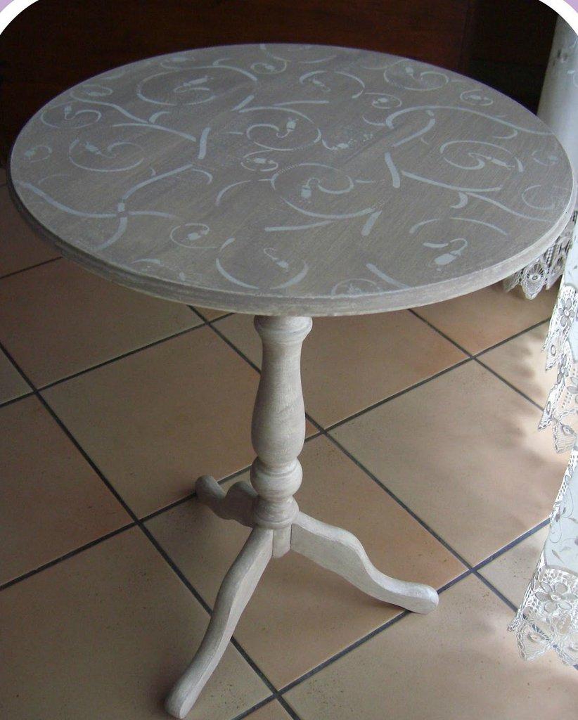 Tavolino tondo in legno decorato a mano