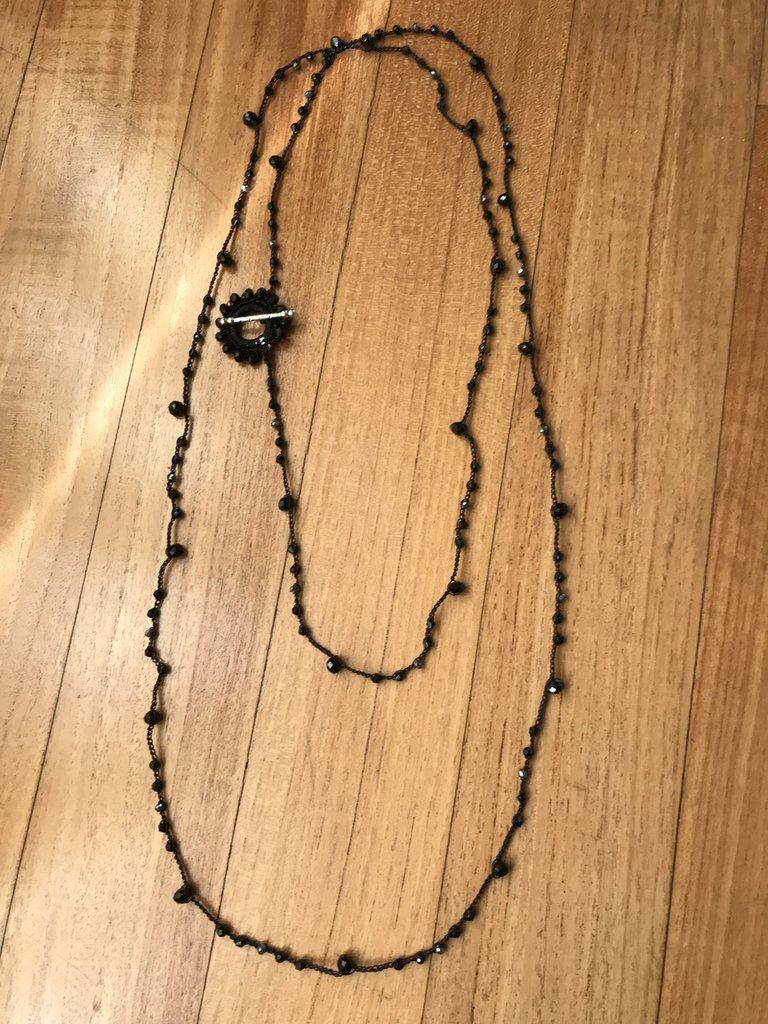 Collana nera extra lunga con chiusura gioiello e cristalli