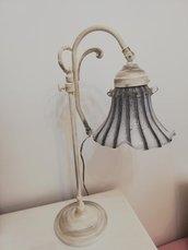 Lampada in ottone vintage recuperata e dipinta a mano in stile Shabby