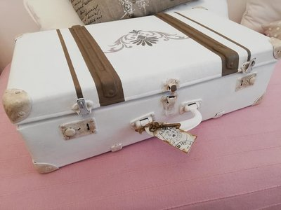 Valigia vintage recuperata in stile shabby chi