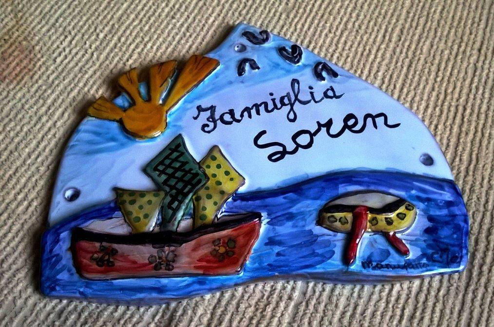 Sole mare barche uccellini in rilievo di maiolica manufatto dipinto con smalti in polvere per targa fuoriporta