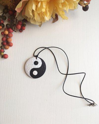 Collana con ciondolo di legno dipinto a mano con il simbolo dello Yin&Yang