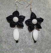 Orecchini fatti a mano fiore in stoffa nero pendenti pietre dure bianche