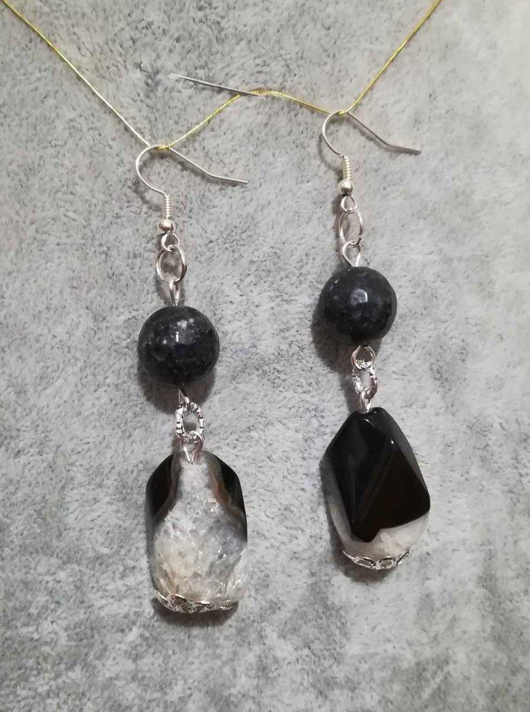 Orecchini asimmetrici in agata rotonda nera sfaccettta e pietre di agata muschiata irregolare