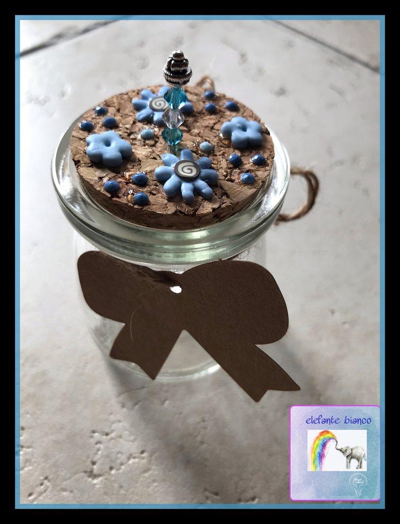 Vasetto in vetro con fiori azzurri