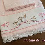 """Lenzuolino per culla realizzato a mano e ricamato a punto croce per bambina """"Dolci coniglietti"""""""