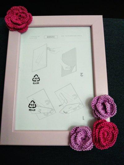 Cornice con rose rosa e fucsia